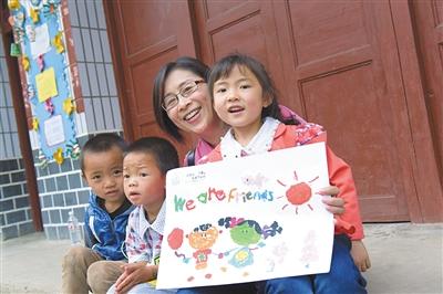 美赞臣大中华区总裁游佩瑜与山村幼儿园孩子共绘彩图。