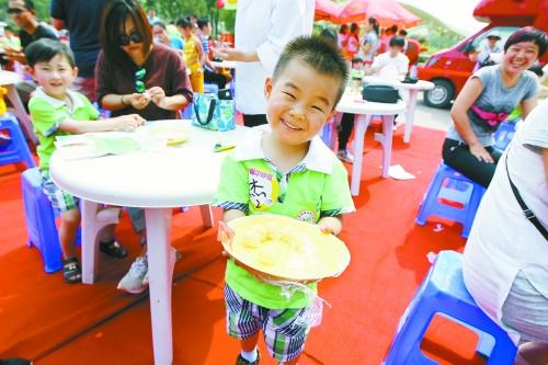 六一这么过,跟爸妈一起做枣花馍(组图)王嘉豪小朋友露出开心的笑脸图片