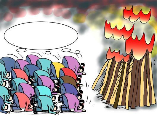 """楚天都市报讯 6月1日,在安徽省六安市的毛坦厂中学外,近千名高三陪读家长不断涌入""""神树""""所在的窄巷中,抢拜""""神树"""",祈求孩子在<a href="""