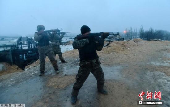 资料图:当地时间1月21日,乌克兰士兵与顿涅茨克民间武装人员进行了激烈交火,乌克兰方面出动了包括装甲车和反坦克火箭等在内的重型武器。