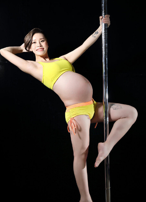 女神怀孕仍跳钢管舞 大腿内侧纹身抢镜图片