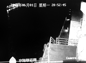"""视频中左上角驶过的四层航船就是""""东方之星"""""""
