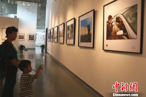 图为《中国人看世界》全国摄影大展现场 李佳赟 摄