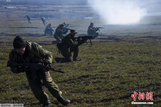 资料图:当地时间2015年3月11日,乌克兰东部民间武装在顿涅茨克Yenakiyeve附近举行大规模军演。