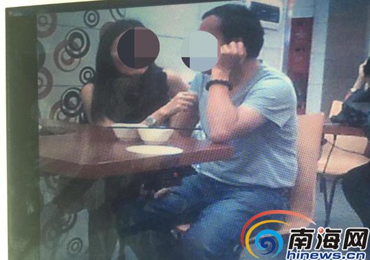 以上为举报人刘丽提供李四和杨怡街头亲密接触的照片