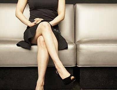 女人坐姿跷二郎腿