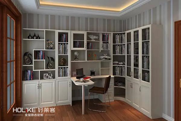 对于空间较大的书房,转角位设计l型书柜,上层采用玻璃柜门!图片
