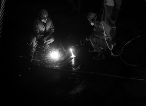"""6月3日,救援人员对客船""""东方之星""""轮的底部进行切割作业以便救援 新华社发"""