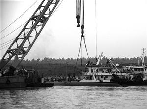 6月3日,救援人员准备将吊船上的挂钩与沉船连接 新华社发