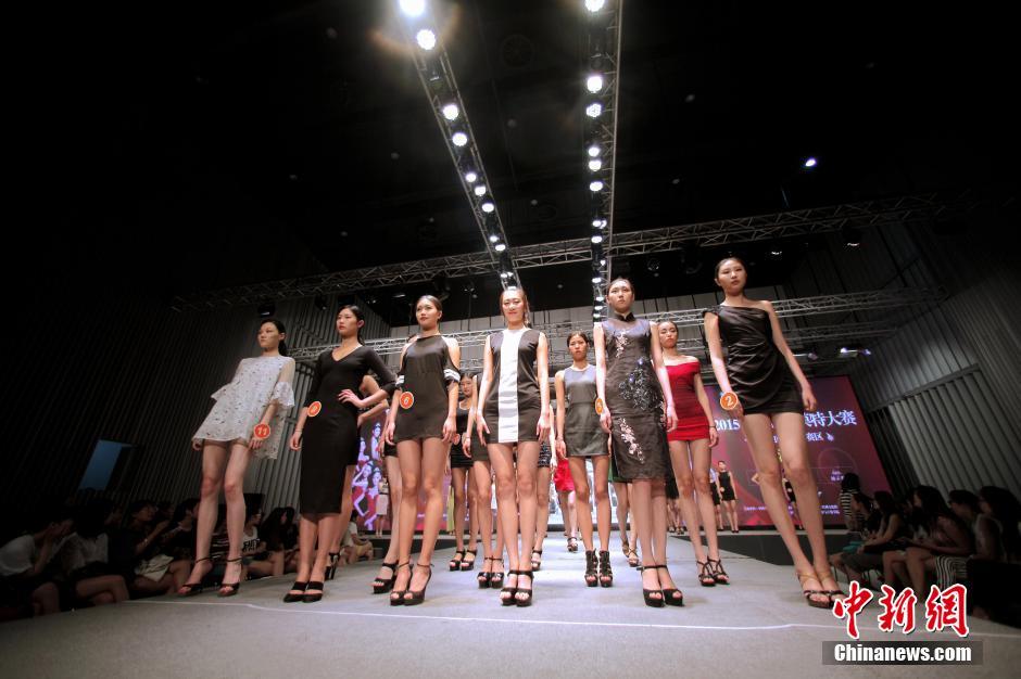 6月3日晚,林溪地杯·2015年中国超级模特大赛天津赛区海选在天津工业大学上演,上百名佳丽经过激烈角逐,最终25名脱颖而出,晋级天津赛区总决赛。最终获胜的前三甲,将代表天津赛区参加2015中国超级模特大赛总决赛。中新社发 佟郁
