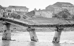 6月4日拍照的呈现桥面开裂、桥墩移位的筻口大桥。