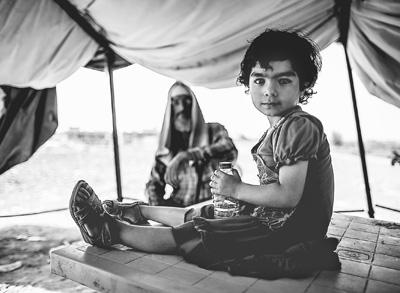 """自5月以来,极其安排 """"伊斯兰国""""在伊拉克和叙利亚的守势晋级,不只占据了一些村镇,还形成很多哀鸿衣锦还乡。图为日前,一位来自伊拉克安巴尔省的小灾黎在都城巴格达和安巴尔省的边境地带休养。"""