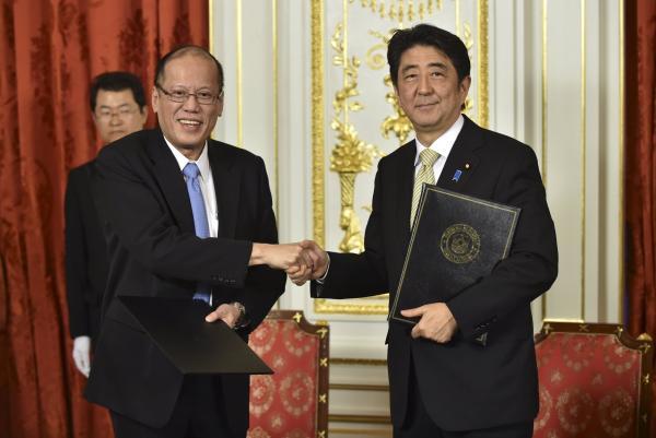 当地时间2015年6月4日,日本东京,日本首相安倍晋三在赤坂离宫接见到访的菲律宾总统阿基诺。 CFP 图