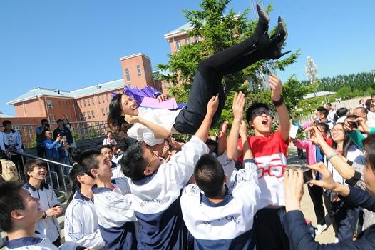 6月4日,学生们和老师合影留念,告别即将结束的高中生涯.图片