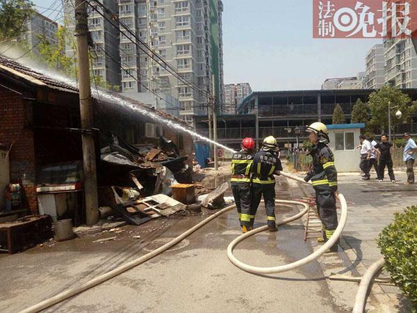 北京西四环平房起火 消防揭房顶补救