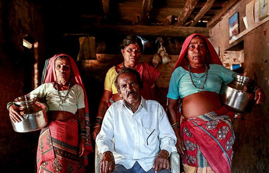 66岁的印度乡民巴加特与三名老婆萨卡莉(Sakhri,左)、图基(Tuki,中)以及巴哈吉(Bhaagi)合影