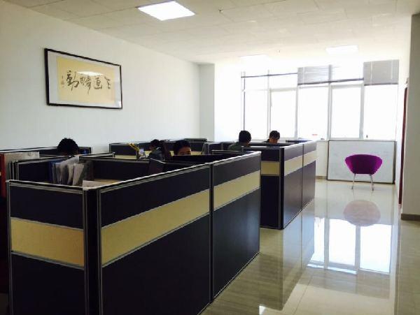 在安静明亮的格子间办公室,创业公司的年轻人们正在奋力工作.图片