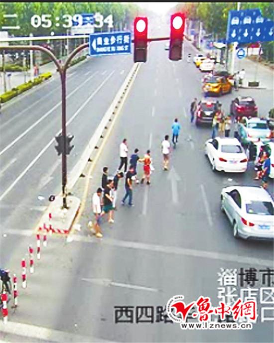 世人闹完新郎,留住一地渣滓,驾御随便停在路边的车辆分开。