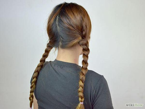 开始正常编辫子,每编一次,增加一小缕旁边的头发.