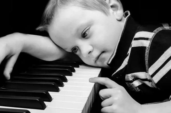 小孩子学钢琴难吗