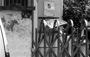 """昨天上午记者赶到现场,通过厂内墙壁上悬挂的标牌可以看见""""宁波恒发图片"""