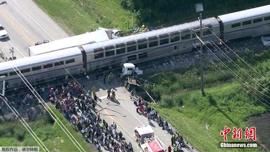 美国发生火车与卡车相撞事故组图 美国卡车司