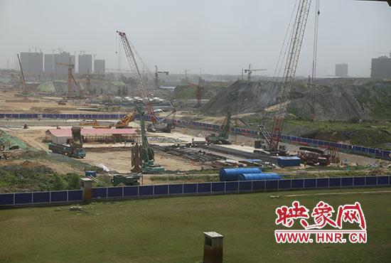 东站东广场外正在缔造郑东新区归纳交通纽带区地下路线工程。