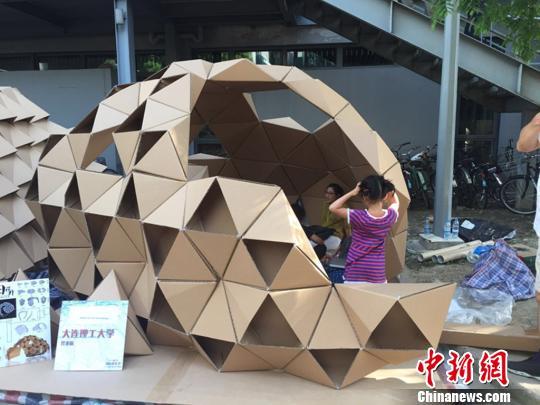 """许婧/图为""""2015同济大学国际建造节暨2015""""风语筑""""纸板建筑设计与..."""