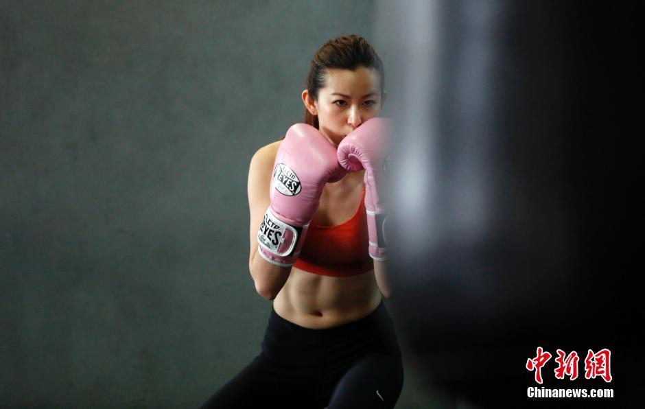 白领慈善拳击赛在上海举行。这些白领拳手在
