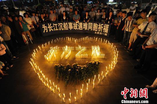 山西太原市民自发聚集,祭奠长江沉船事故遇难者。 韦亮 摄
