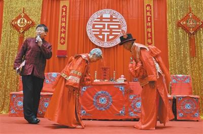 """昨天,张西兰与老伴的成婚纪念日上,在亲朋见证下""""拜堂""""。 本版拍照/新京报记者 吴江"""