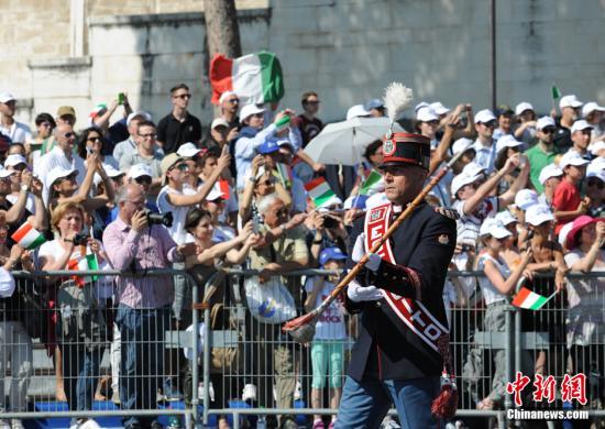 资料图:意大利国庆当日,军乐团指挥带领队伍经过。 中新网记者 李卿 摄