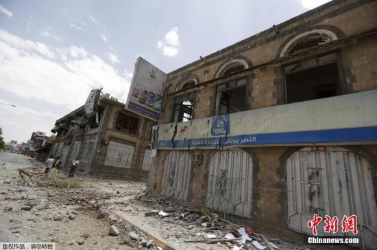 当地时间2015年6月7日,也门首都萨那,也门军队总部在沙特及其联军的轰炸中被毁。胡塞武装的新闻机构称,空袭造成至少44人死亡。