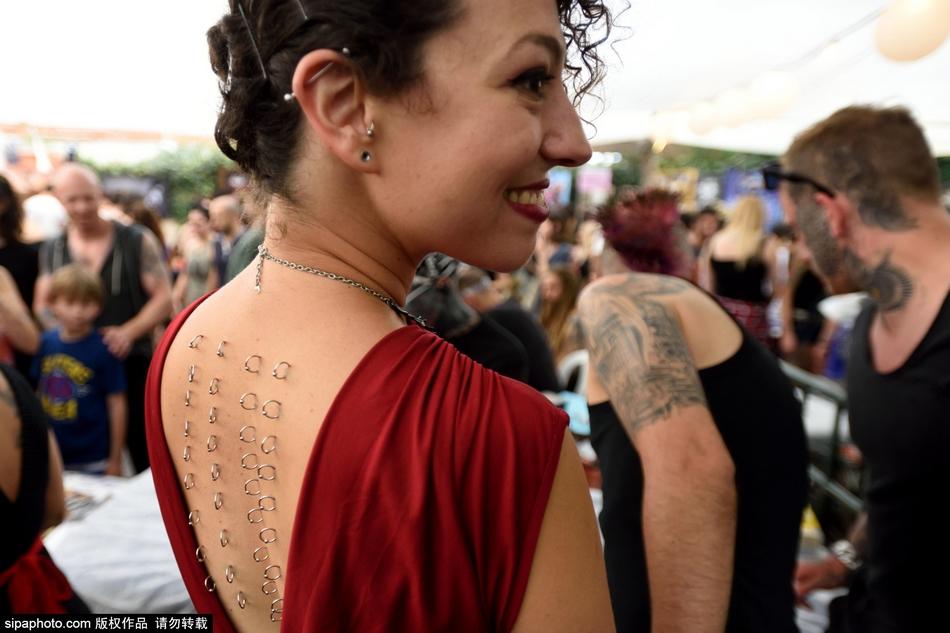 纹身大会上的奇异纹身组图 女性私密部位纹身