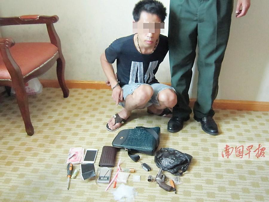 怀疑人冯某在指认涉案物件。警方供图