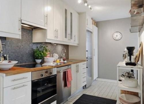 高低有序的吊柜给中规中矩的北欧式厨房中带来了一些层次感.图片