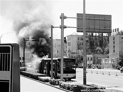本报讯(记者 刘��)昨日中午12时10分摆布,一辆623路公交车由南向北行至龙潭路西口时忽然冒烟起火,所幸司机实时经过反光镜发觉有烟冒出,立刻分散搭客,并用车载救活器救活。12时31分,明火被点燃,没无形成职员伤亡。