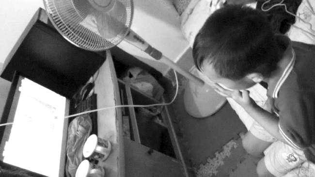 小��和小琳�V志做手�,他��的弟弟�s衣著大度�整的衣衫看著���目。