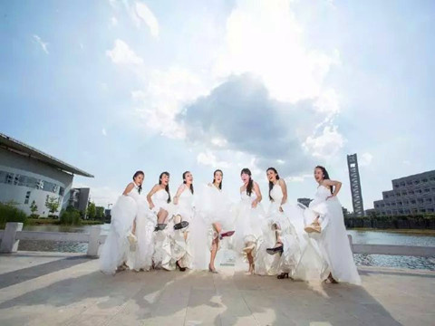 云南红河学院主页_云南红河学院7位美女拍婚纱毕业照(组图)