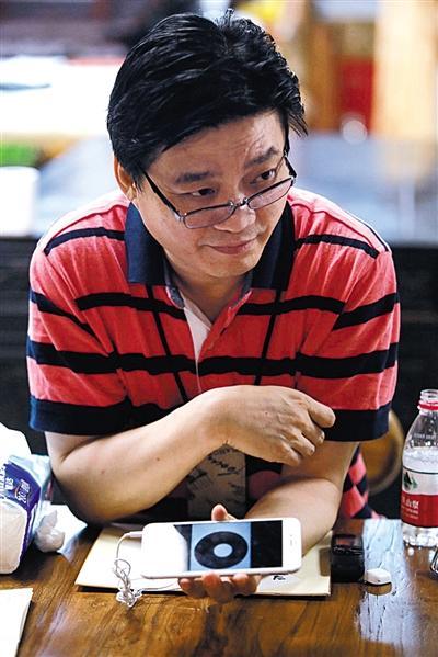 昨夜,崔永元承受媒体采访。练习生 彭子洋 摄
