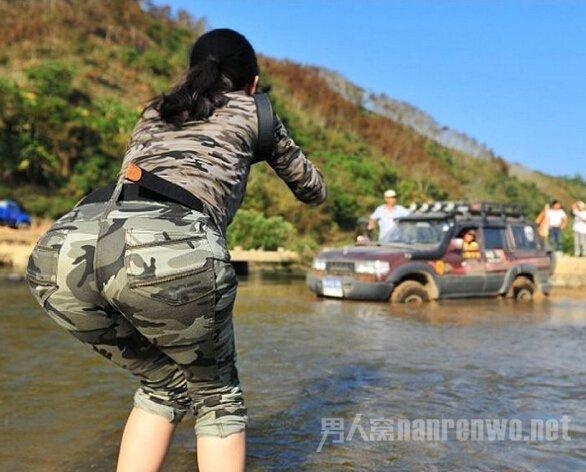 洗车店雇比基尼美女洗车