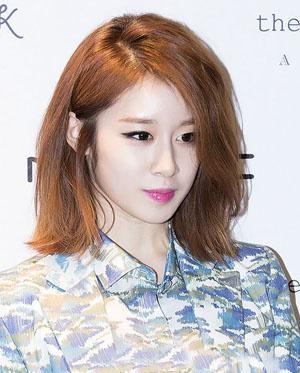 女生不可或缺的瘦脸发型,发尾内扣的设计搭配侧分的斜刘海更显脸小.图片