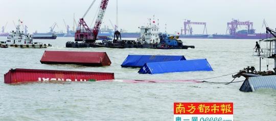 昨天下午两点多,局部沉船上运载的散装箱在事发水域左近沉没。昨天清晨4点50分,一艘香港开往广州的散装箱船在广州港沙角锚地左近水域发作自沉。8名遇险海员被停在事发所在左近的锚泊货船救起,无职员伤亡。 南都记者 张志韬 摄