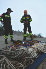 6月10日,王麒穿着配备预备下崖搜救。