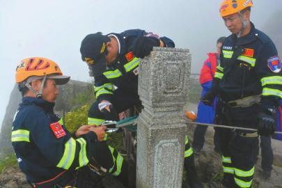 王麒牢固好平安绳后预备下崖搜查。