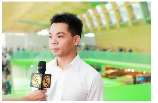 图为黄万洲先生接受凤凰卫视采访