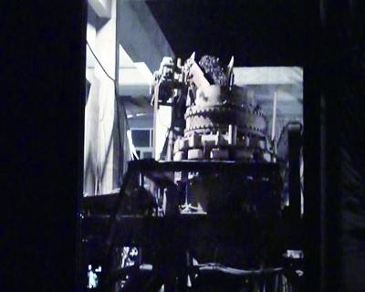 5月21日晚,已被责令撤除的砂石厂仍在加工石料 摄/法制晚报暗访组