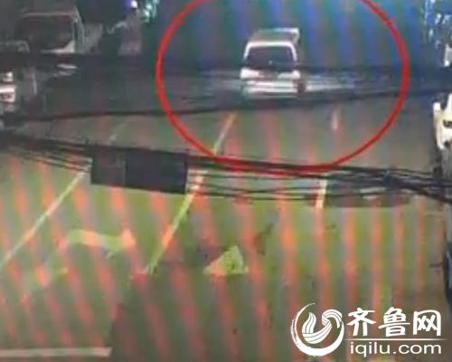 一辆银色面包车向右一个大拐弯,驶入浆水泉路,一路摇摇摆摆地往前开。(配资网 截图)