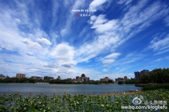 人民网北京6月12日电 今日,北京天气晴好,空气质量优,能见度高,今天京城晴空依旧,北京市民纷纷拿起相机、手机,拍下天空的颜色,分享到网上。   微博@北京发布:碧空如洗,点缀着千姿百态的朵朵白云,这两天的大北京美醉了!伙伴们的微博和朋友圈几乎都被这醉人的蓝刷了屏。   有网友称,这几天北京的蓝天白云,让人无法相信!