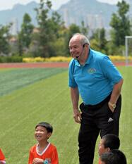 国足首任外籍教练施拉普纳来青 教娃踢足球